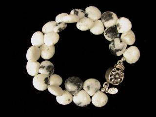 BLACK AND WHITE BEADED BRACELET
